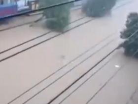 湖北居民自述家人被洪水冲走,此次洪涝已造成多个乡镇严重受灾!