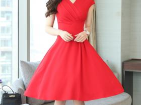 今年夏天很流行的洋气连衣裙,上身显瘦又减龄