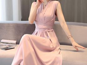 可以秀出优雅身形的系带连衣裙